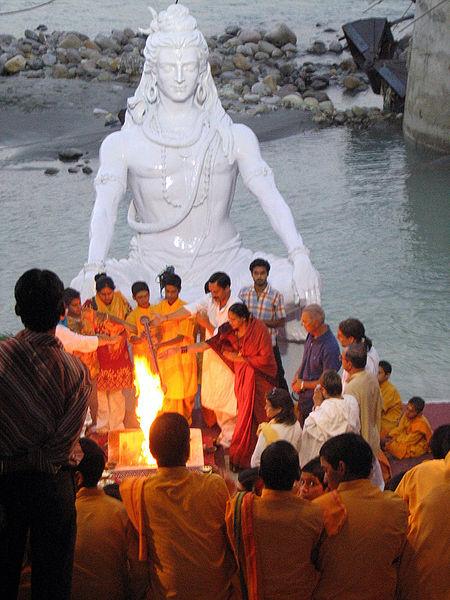 450px-A_havan_ceremony_on_the_banks_of_Ganges,_Muni_ki_Reti,_Rishikesh