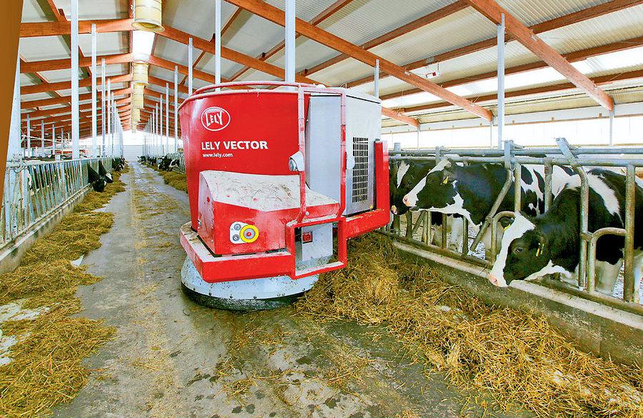 Robotlaudas toidetakse loomi traktori ja traktoristita