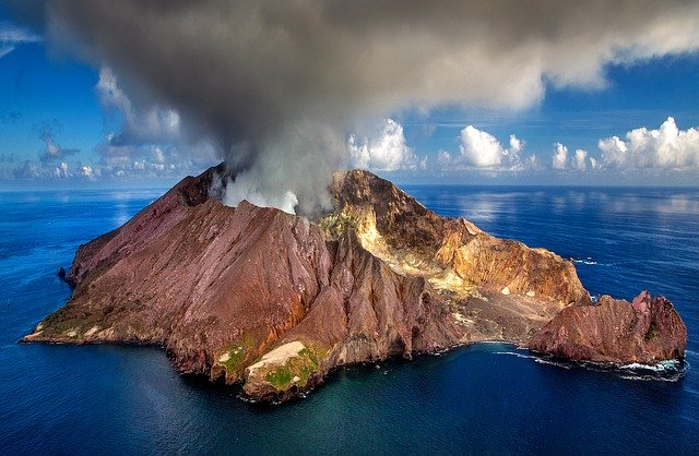 Uus-Meremaa Valgel saarel asuv vulkaan