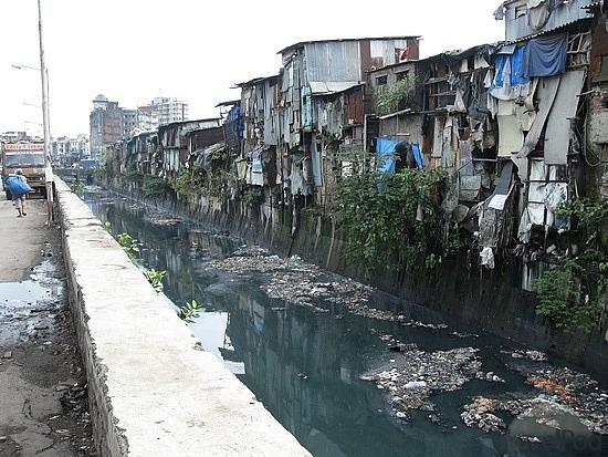 river-runing-through-dharavi-slum-mumbai