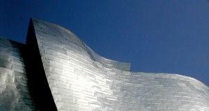 Guggenheimi muuseum Bilbaos on kaetud titaanplaatidega